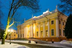 Rumyantsev-Paskevichpalast im schneebedeckten Stadtpark in Gomel, Weißrussland lizenzfreie stockbilder