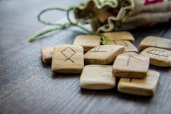 Runas antigas, saco da lona com bordado no fundo de madeira do vintage velho Foco seletivo Fotografia de Stock