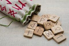 Runas de madera antiguas, vieja magia eslava, futark Fotos de archivo