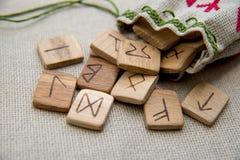 Runas de madera antiguas, vieja magia eslava, futark Imagenes de archivo