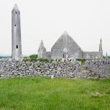 Ruínas do monastério de Kilmacduagh Fotos de Stock Royalty Free