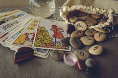 Runas e cartões de tarô Fotografia de Stock Royalty Free