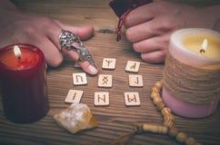 Runas mágicas para a leitura e a adivinhação futuras Leitura de Runestone foto de stock