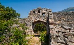 Ruínas velhas da fortaleza, foto da via principal Imagens de Stock Royalty Free