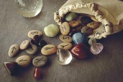 Runas y cartas de tarot Foto de archivo libre de regalías