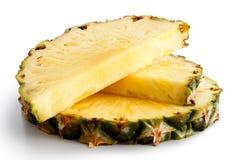 Rund ananasskiva och två halvor med hud Arkivbilder