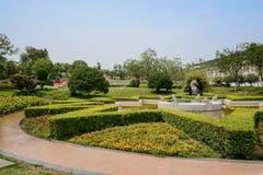 Rund bana runt om den grönskande springbrunnen i solig sommar Royaltyfri Bild