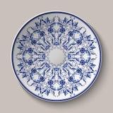Rund blå delikat blom- modell Målning för kinesisk stil på porslin Prydnaden som visas på det keramiska uppläggningsfatet royaltyfri illustrationer