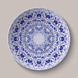 Rund blå Gzhel för blom- prydnad stil Modell som visas på den keramiska plattan Arkivbild