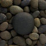 Rund cirkelform av den stora havsstenen som läggas på en hög av naturkiselstenar eller en grupp av, vaggar Royaltyfri Fotografi