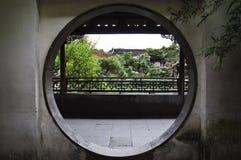 Rund dörröppning på förlagen av Nets trädgården, Suzhou, Kina arkivbild