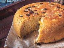 Rund-förmiges selbst gemachtes Brot mit Samen in einem Schnitt auf einem hölzernen dunklen Behälter, Nahaufnahme geschossen stockfotografie