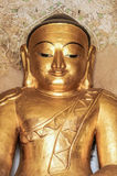 Rund guld- Buddhaframsida i tempel i Myanmar Arkivbilder