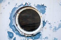 Rund hyttventil i den vita skeppväggen Arkivbild