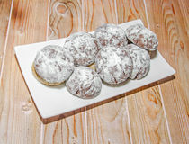 Rund kakabunt på en vit platta, pulversocker Royaltyfri Fotografi
