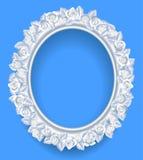 Rund klassisk ram med kransen för vita rosor på blått Arkivfoto