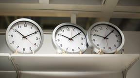 rund klocka för tre vit med svarta pilar Arkivbild