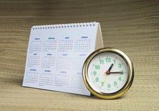 Rund klocka med kalendern Royaltyfri Foto
