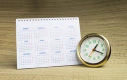 Rund klocka med kalendern Arkivfoto