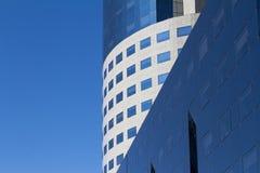 Rund kontorsbyggnad med konkreta och glass fönster Arkivfoto