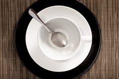 Rund kopp på ett tefat royaltyfri bild