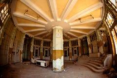 Rund korridor med den stoppade klockan i övergiven järnvägsstation i nya Athos, Abchazien Fotografering för Bildbyråer