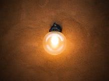 Rund lampa på väggbakgrunden arkivfoton