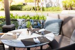 Rund marmorstentabell i den utomhus- restaurangen med förberett royaltyfri fotografi