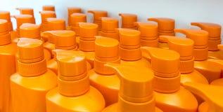 Rund orange plast- flaska med utmatarepumpen för vätsketvål, Arkivfoto