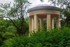 Rund pavillon parkerar in Ekateringof, St Petersburg omgav förbi Royaltyfria Bilder