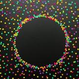 Rund ram av mång- kulöra konfettier på svart bakgrund arkivfoto