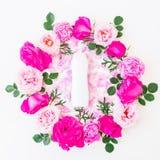 Rund ram av rosa rosor, rosa kronblad och schampo på vit bakgrund Lekmanna- lägenhet, bästa sikt yellow för modell för hjärta för Arkivbilder