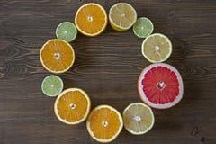Rund ram med citrusfrukter på träbakgrund Royaltyfria Foton