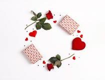 Rund ram som göras av rosa blommor, gåvor och dekorativa hjärtor på vit bakgrund vita valentiner för st för bakgrundsdaghjärta arkivfoto