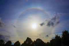 Rund regnbåge runt om solen gloria Fotografering för Bildbyråer