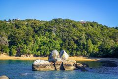 Rund stenstenblock i Abel Tasman National Park, Nya Zeeland Arkivfoton