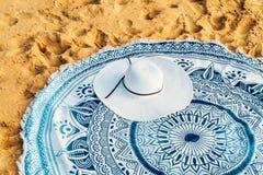 Rund strandhandduk och White Hat i sommar royaltyfria foton