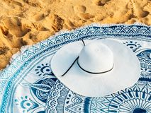 Rund strandhandduk och White Hat i sommar arkivfoto