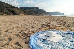 Rund strandhandduk och White Hat i sommar royaltyfria bilder