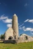Rund torn och tempel. Clonmacnoise. Irland Arkivbild