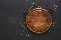 rund träplatta på bästa sikt för mörk träbakgrund fotografering för bildbyråer