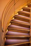 Rund trappa eller stege med ledstången, modern arkitektur royaltyfri bild