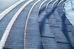 Rund trappa med blåa skuggor över det Arkivbild