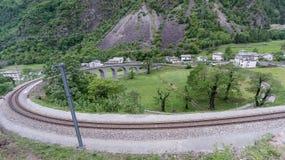 Rund viaduktbro nära Brusio på de schweiziska fjällängarna Royaltyfri Foto