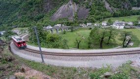 Rund viaduktbro nära Brusio på de schweiziska fjällängarna Arkivbilder