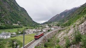 Rund viaduktbro nära Brusio på de schweiziska fjällängarna Royaltyfri Fotografi