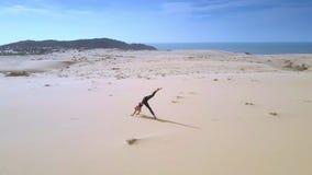 Rund yoga för siktsflickaändringar poserar bland ökensand stock video