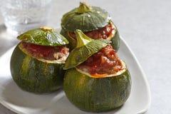 Rund zucchini som är välfylld med kött arkivfoton