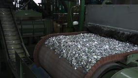 Runda aluminiummellanrum för rör som faller från transportör på sändningsbandet stock video