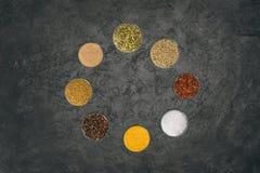 Runda av glass bunkar med olika kryddor Arkivbild